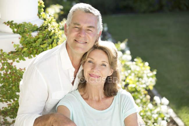 Porträt eines lächelnden Senioren-Ehepaares im Garten — Stockfoto
