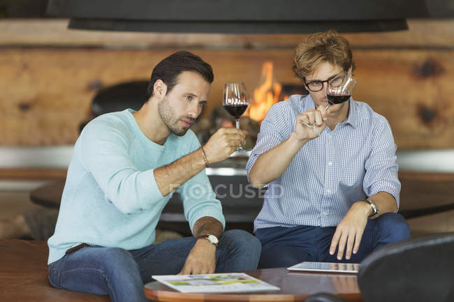 Degustazione vini rossi in cantina — Foto stock