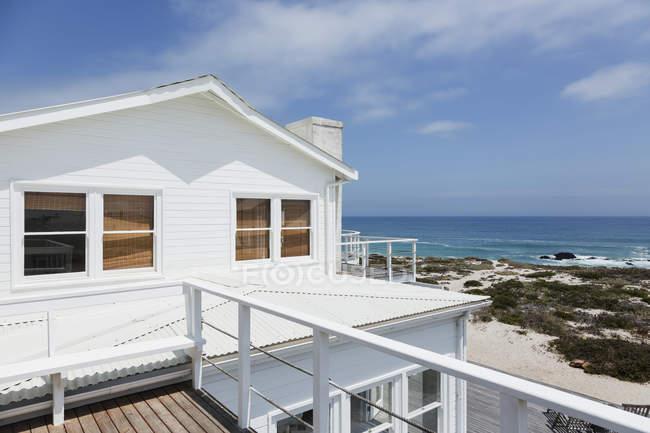 Fachada do oceano com vista para praia casa — Fotografia de Stock