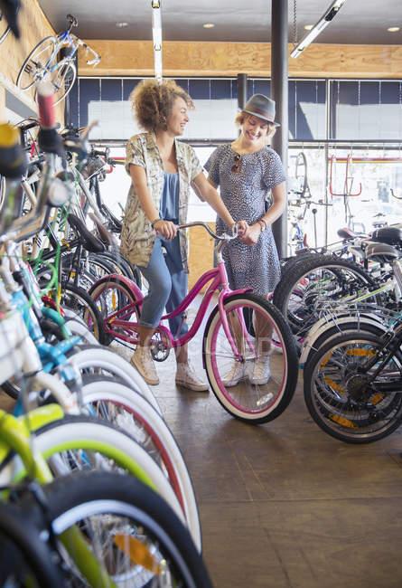 Les femmes qui achètent des vélos dans un magasin de vélos — Photo de stock