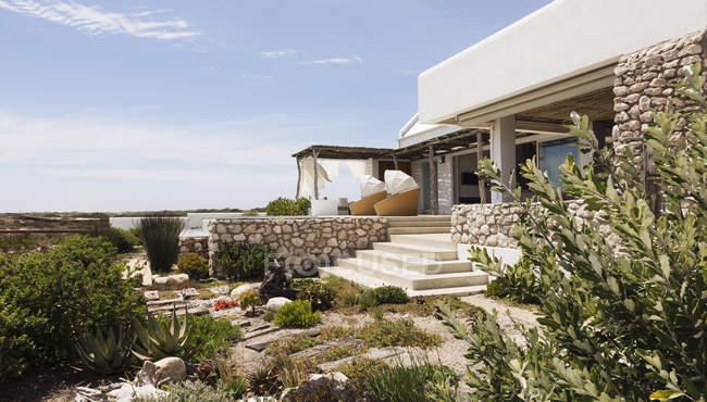 Ландшафтный дизайн вокруг современного дома — стоковое фото