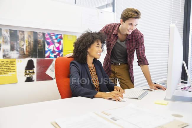 Gente de negocios trabajando en la computadora en la oficina - foto de stock