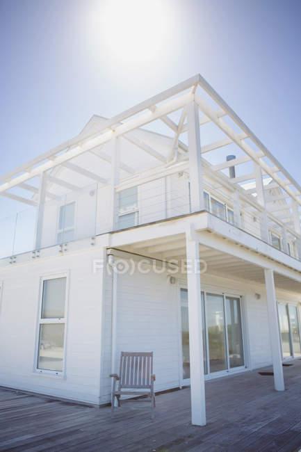 Sol brilhando sobre casa branca — Fotografia de Stock