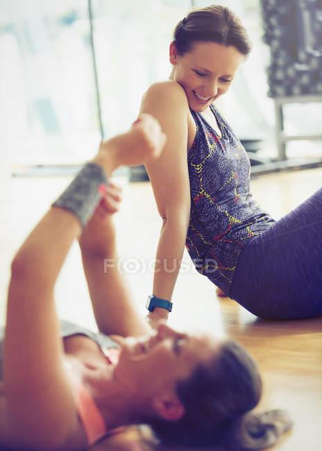 Lächelnde Frauen ruht auf Studioboden gym — Stockfoto