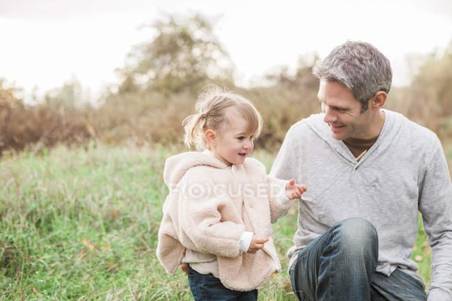 Padre e figlia nel parco autunnale — Foto stock