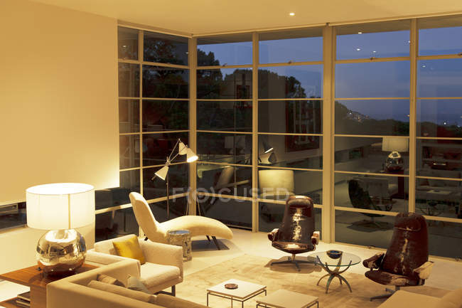 Современная гостиная с высокими окнами — стоковое фото