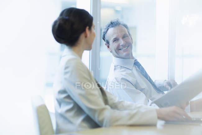 Деловые люди разговаривают на встрече — стоковое фото