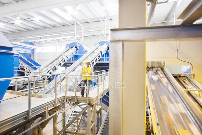 Travailleur sur plate-forme dans le centre de recyclage — Photo de stock