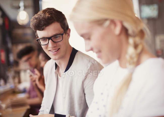 Amici che guardano giù nel caffè — Foto stock