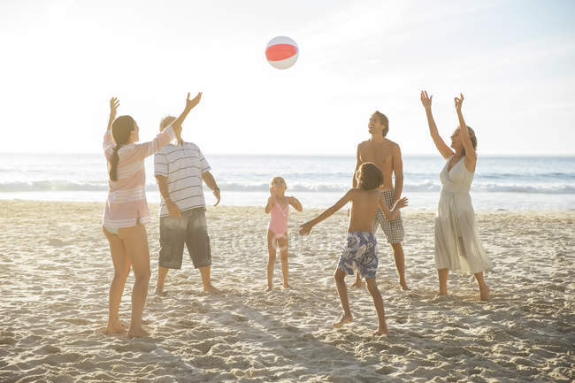 Сім'я разом грають на пляжі — стокове фото