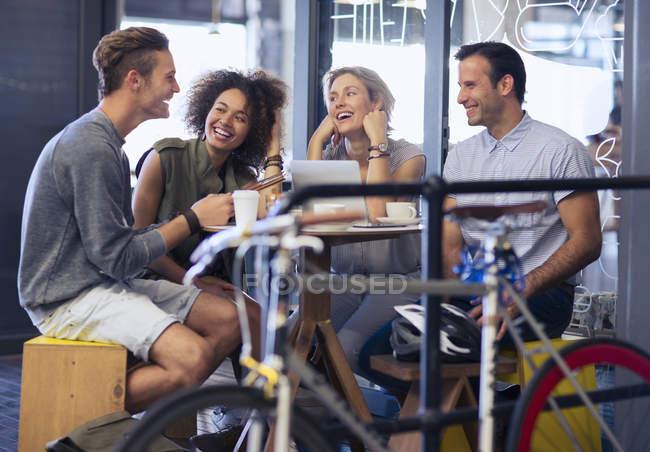 Amici starsene nella caffetteria dietro biciclette — Foto stock