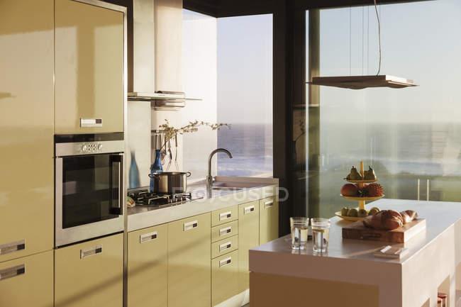 Scenic view of modern kitchen overlooking ocean — Stock Photo