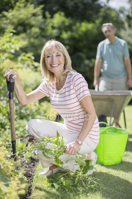 Feliz casal sênior trabalhando no jardim — Fotografia de Stock
