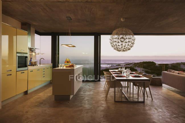 Сучасні кухні та їдальні з видом на океан на заході сонця — стокове фото