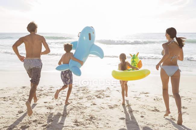 Семья играет вместе на пляже — стоковое фото