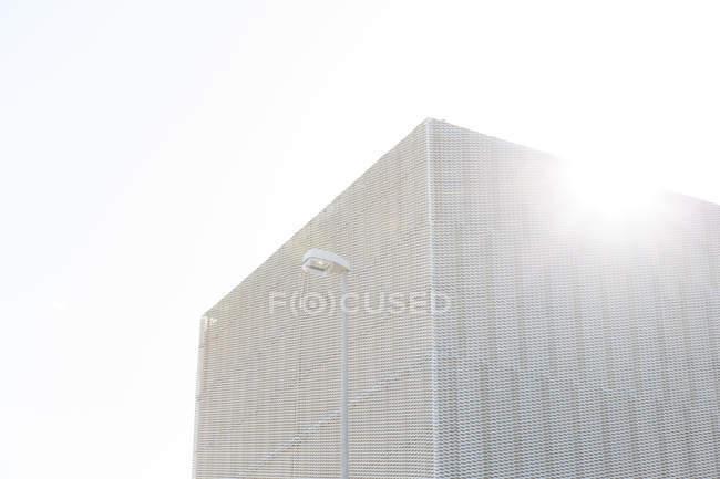 Sole che splende sopra costruzione moderna — Foto stock
