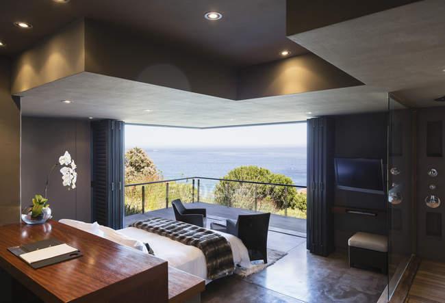 Modern bedroom overlooking ocean — Stock Photo
