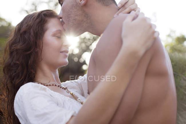 Молода пара цілується надворі. — стокове фото