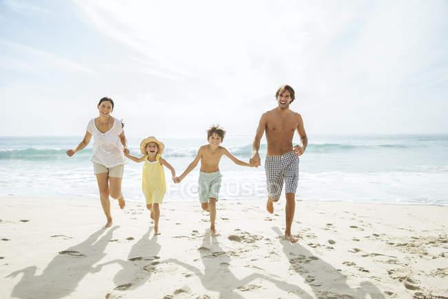 Сім'я працює разом на пляжі — стокове фото