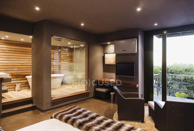 Moderne Schlafzimmer und Badezimmer im Haus — aus Holz ...