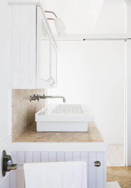 Closeup vista da pia branca na casa de banho de luxo — Fotografia de Stock