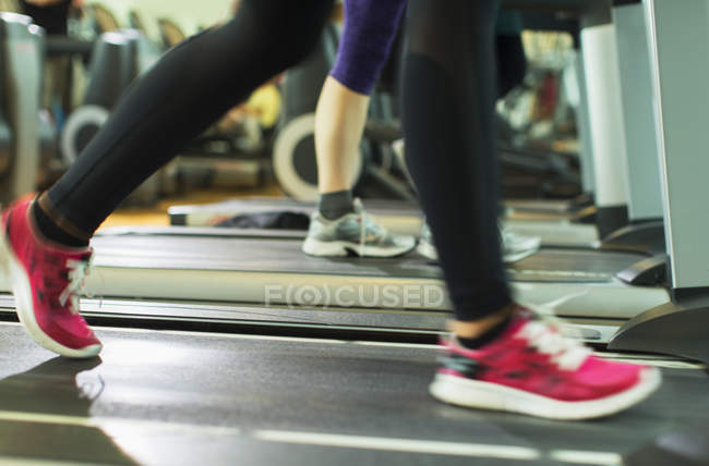 Frau? s Beine auf Laufband im Fitnessstudio — Stockfoto