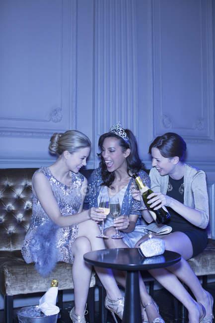 Donne ben vestite che bevono champagne in discoteca di lusso — Foto stock
