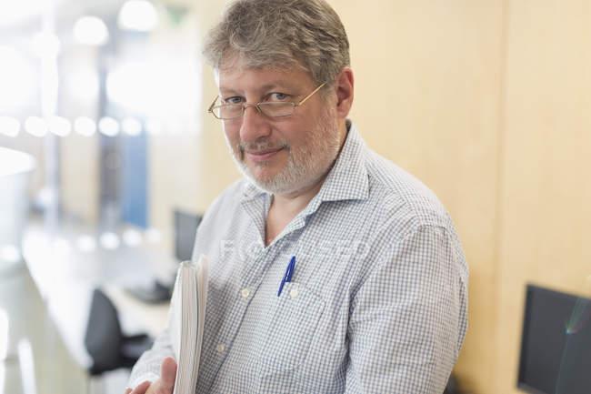 Ritratto uomo d'affari maturo e sicuro di sé con quaderno — Foto stock