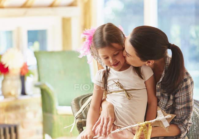 Мати дочка цілуватися? s щоку — стокове фото