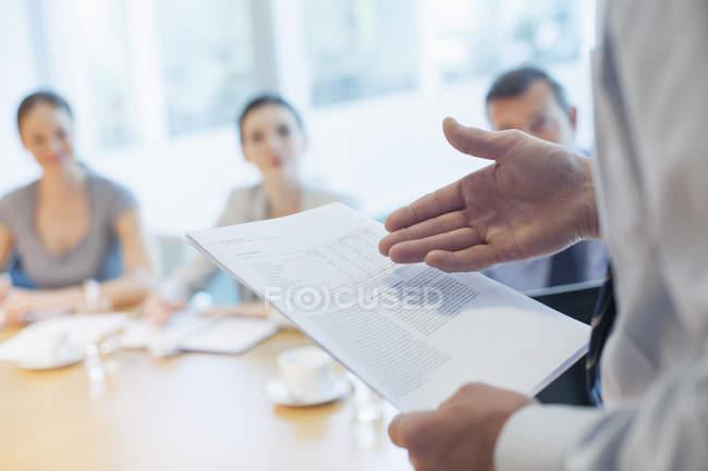 Бізнесмен, провідний зустрічі в конференц-залі — стокове фото