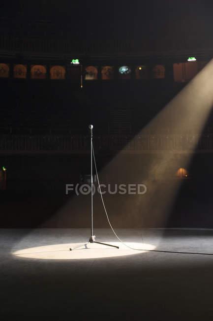 Микрофон в центре внимания на сцене театра пустой — стоковое фото