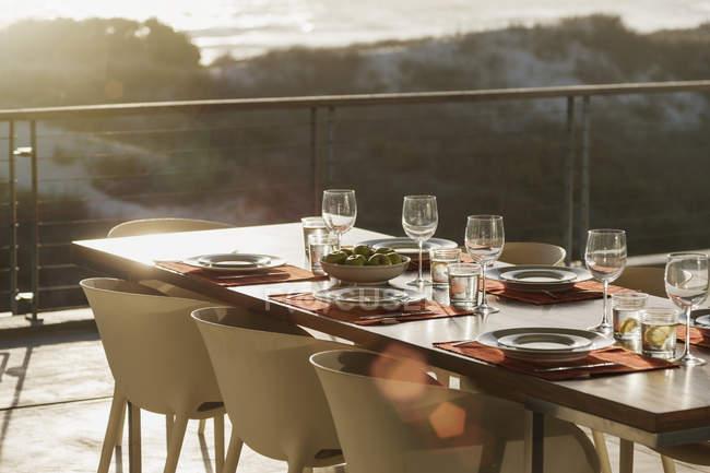 Conjunto de mesa na moderna sala de jantar aberta a varanda — Fotografia de Stock