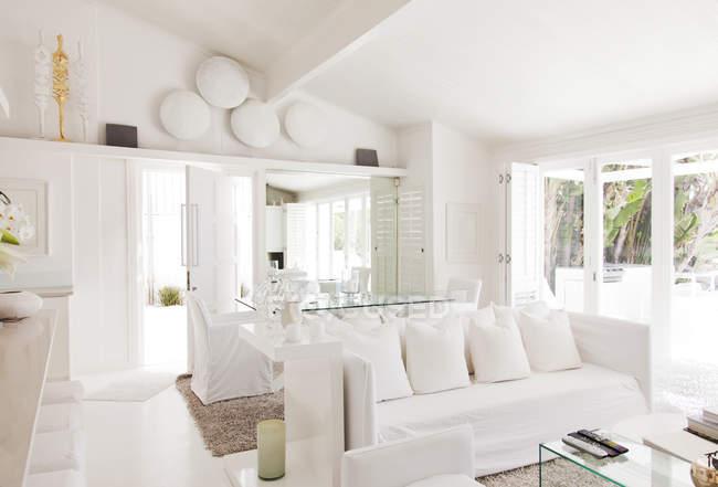 Mesa de jantar e sala de estar em casa moderna — Fotografia de Stock