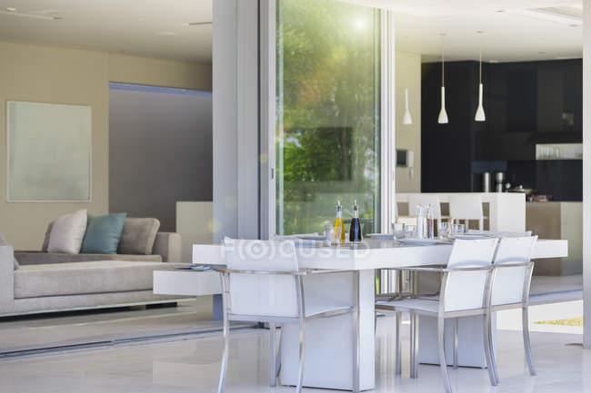 Table à manger sur patio intérieur moderne — Photo de stock