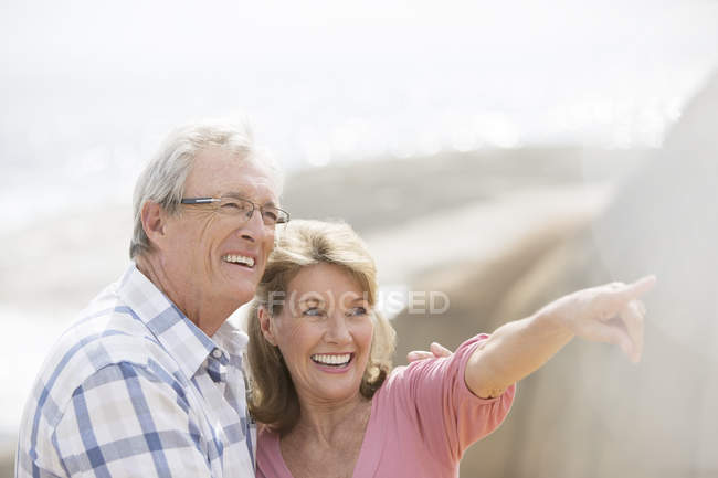 Älteres Paar spaziert ins Freie — Stockfoto