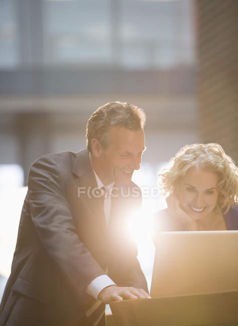 Бізнесмени, які працюють на посаді — стокове фото