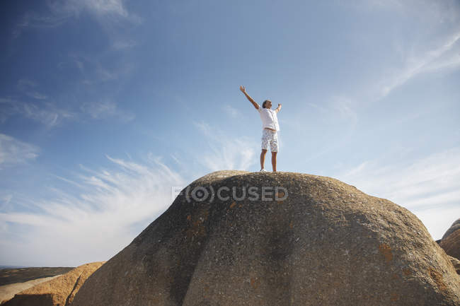 Man standing on top of rock formation — Stock Photo