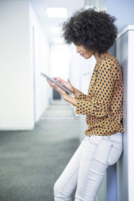 Femme d'affaires utilisant la tablette numérique au bureau — Photo de stock