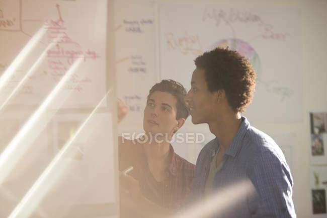 Les hommes d'affaires parlent dans la réunion dans le bureau moderne — Photo de stock