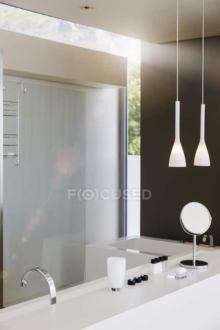 Раковина и душ в современной ванной комнате — стоковое фото