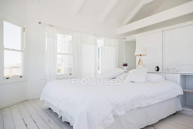 Vista panoramica dell'interno camera da letto bianca — Foto stock