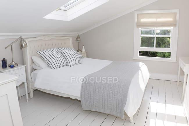 Posto letto in camera da letto mansardata imbiancate a calce — Foto stock