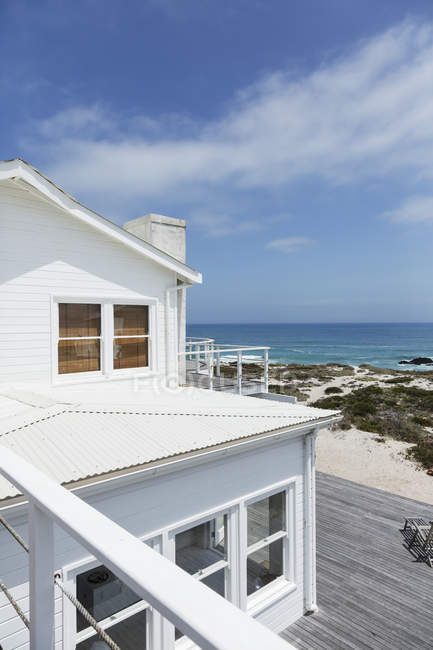 Facade of luxury beach house overlooking ocean — Stock Photo
