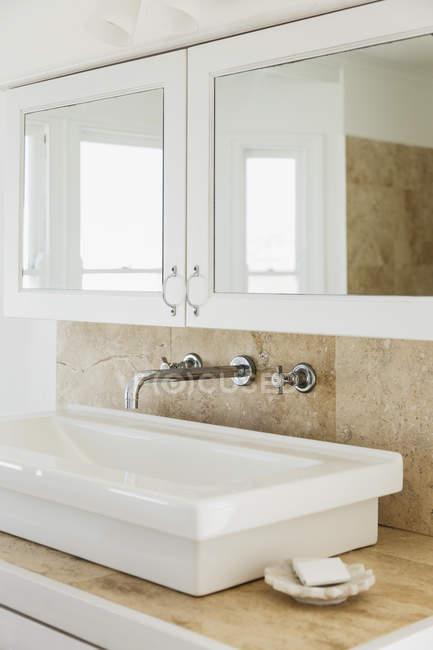 Vista panorâmica da pia no banheiro de luxo — Fotografia de Stock