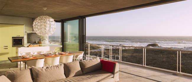 Moderno salón y comedor con vistas al océano - foto de stock