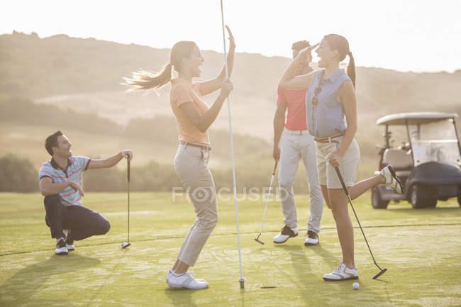 Fiving alto donne sul campo da golf — Foto stock