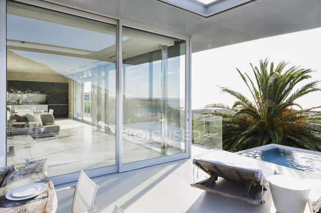Патіо з басейном сучасний будинок — стокове фото