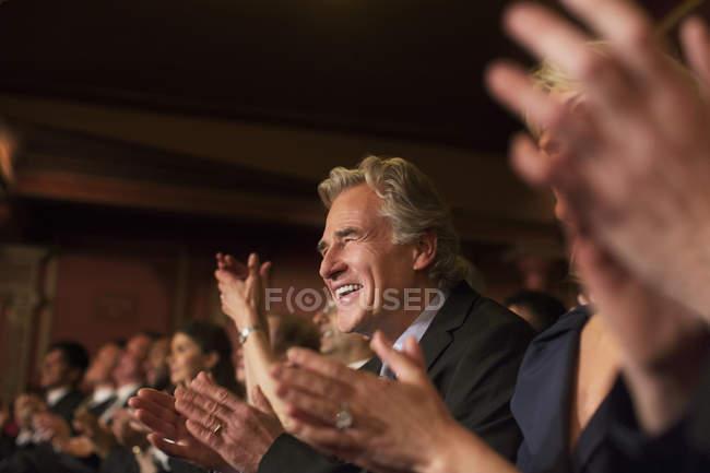 Ентузіазм людина плескаючи в театрі аудиторії — стокове фото