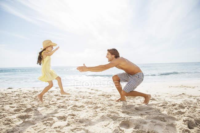 Pai e filha brincando na praia — Fotografia de Stock
