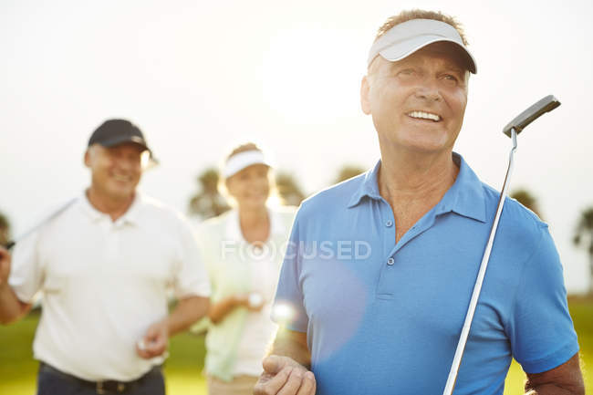 Adulti anziani caucasici sul campo da golf — Foto stock